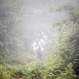 霧中登拝する行者